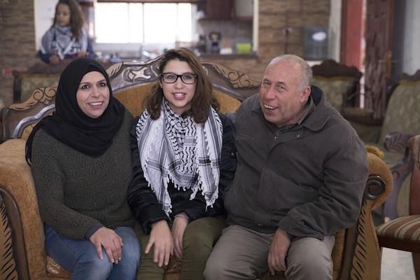 Nur Tamimi bersama orangtuanya di Nabi Saleh, Tepi Barat, 5 Januari 2018. Foto: Oren Ziv/Activestills.org