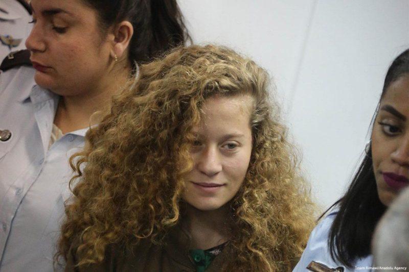 Ahed Tamimi (16), hadir di pengadilan, Ramallah, Tepi Barat pada 28 Desember 2017. Foto: Issam Rimawi/Anadolu Agency