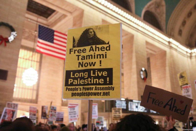 Demonstran memegang poster dan spanduk yang menunjukkan solidaritas terhadap Ahed al-Tamimi (16) dan tawanan Palestina lainnya di penjara-penjara 'Israel'. Unjuk rasa ini diselenggarakan di Grand Central Terminal di New York, Amerika Serikat. Foto: Atilgan Ozdil/Anadolu Agency