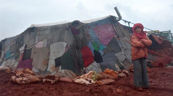Tenda sementara di kamp Atme –dimana sekitar 100.000 warga Suriah tinggal– yang terletak di utara Idlib mengalami banjir setelah hujan deras mengguyur Idlib, Suriah, pada 6 Januari 2018. Foto: Al Jazeera