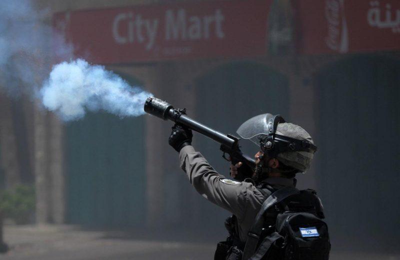 Serdadu Zionis menembakkan gas airmata ke arah warga Palestina di Tepi Barat pada 15 Mei 2017. Foto: Mamoun Wazwaz/Anadolu Agency