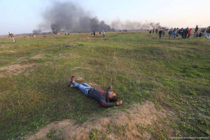 Demonstran Palestina terluka karena serdadu penjajah Zionis menggunakan amunisi tajam dan peluru tajam berlapis karet untuk membubarkan demonstran tak bersenjata di Jalur Gaza pada 12 Januari 2018. Foto: Mohammed Asad/Middle East Monitor