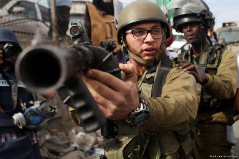 Gerombolan serdadu Zionis menargetkan demonstran Palestina di Hizma, Tepi Barat. Foto: Shadi Hatem/Apaimages
