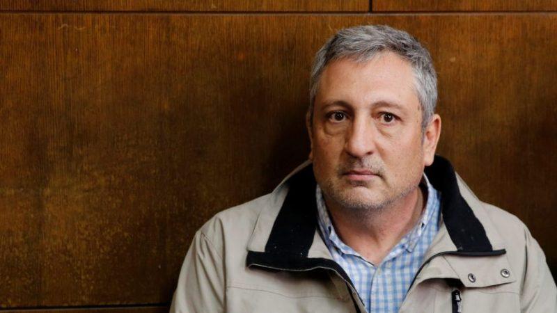 Nir Hefetz duduk di pengadilan di Tel Aviv, 22 Februari 2018. Foto: Amir Cohen/Reuters