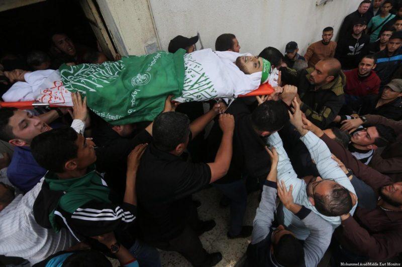 Warga Palestina menggotong jenazah warga Palestina yang ditembak mati oleh serdadu Zionis saat demonstrasi di Gaza pada 5 April 2018. Foto: Mohammed Asad/Middle East Monitor