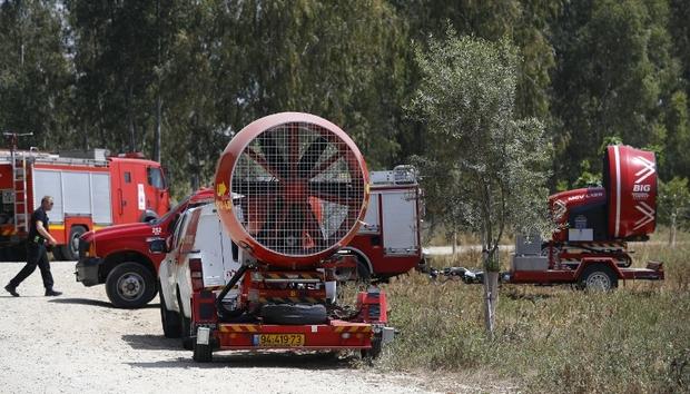 'Israel' mengerahkan kipas angin di penjuru perbatasan Gaza untuk mengatasi asap dari ban yang dibakar para demonstran. Foto: AFP/Jack Guez