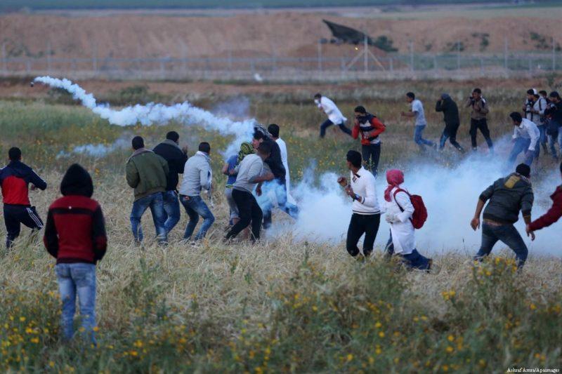 Para demonstran Palestina berlindung setelah serdadu Zionis menembakkan gas airmata saat melakukan aksi 'Great March of Return' di Gaza pada 4 April 2018. Foto: Ashraf Amra/Apaimages