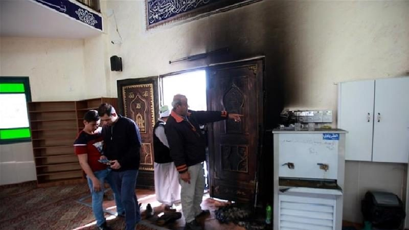 Warga Palestina memeriksa kerusakan Masjid Syaikh Sa'ada setelah pemukim ilegal Yahudi membakar pintu masuk masjid di desa Aqraba, Tepi Barat terjajah, sehingga mengakibatkan sejumlah kerusakan. Foto: Nedal Eshtayah/Anadolu
