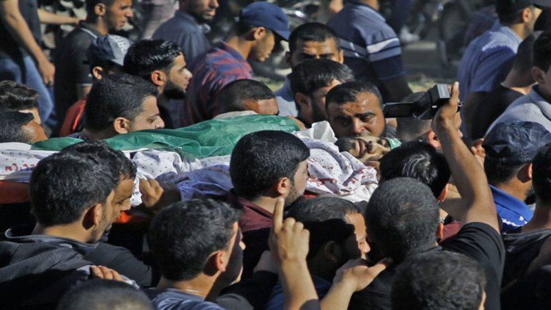 Para pelayat Palestina mengangkat jenazah pria yang gugur oleh serdadu Zionis pada 14 Mei 2018, di Kota Gaza. Foto: AFP