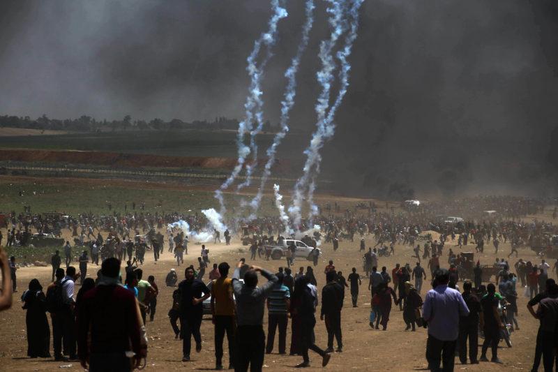 Warga Palestina berdemonstrasi di perbatasan Gaza, Beit Lahia, utara Jalur Gaza, untuk memprotes pemindahan Kedubes AS ke Baitul Maqdis, 14 Mei 2018. Foto: Ramez Habboub/Apaimages