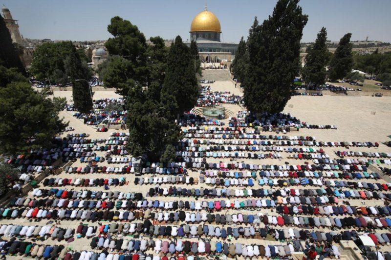 Warga Palestina melaksanakan shalat Jumat pertama pada bulan suci Ramadhan di Masjidil Aqsha, 18 Mei 2018. Akan tetapi, penjajah Zionis hanya mengizinkan wanita dan pria di atas usia 40 tahun masuk ke Baitul Maqdis. Foto: Mostafa Alkharouf/Anadolu Agency