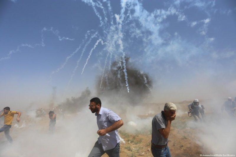 Serdadu Zionis menembaki warga Palestina dengan gas airmata saat demonstrasi di perbatasan Gaza pada 8 Juni 2018. Foto: Mohammed Asad/Middle East Monitor
