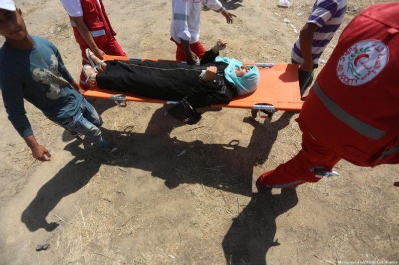 Warga Palestina terluka setelah serdadu Zionis menembakkan gas airmata saat demonstrasi di perbatasan Gaza pada 8 Juni 2018. Foto: Mohammed Asad/Middle East Monitor