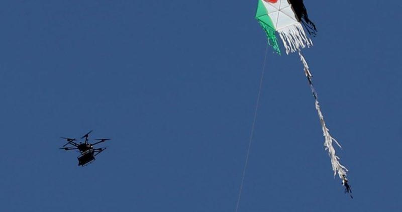 Drone 'Israel' terbang di dekat layang-layang api Gaza. Foto: PIC