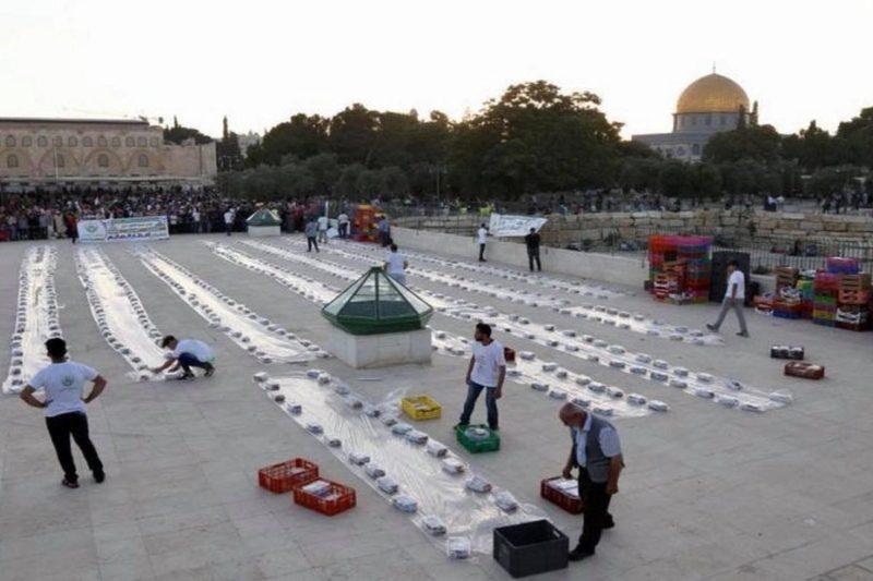 Donasi makanan dan minuman siap untuk dibagikan kepada mereka yang berbuka puasa di kompleks Masjidil Aqsha selama Ramadhan, 4 Juni 2018. Foto: Middle East Monitor
