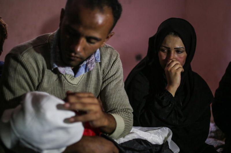"""Warga Palestina berduka atas kematian Laila Anwar Ghandour. Bayi berusia delapan bulan itu meninggal dunia akibat menghirup gas airmata berlebihan yang ditembakkan serdadu Zionis saat demonstrasi """"Great March of Return"""" di perbatasan Gaza. Foto: Mustafa Hassona/Anadolu Agency"""