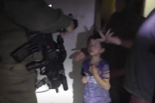 Screenshot dari video B'Tselem yang mendokumentasikan penggerebekan rumah keluarga Da'na di Al-Khalil.