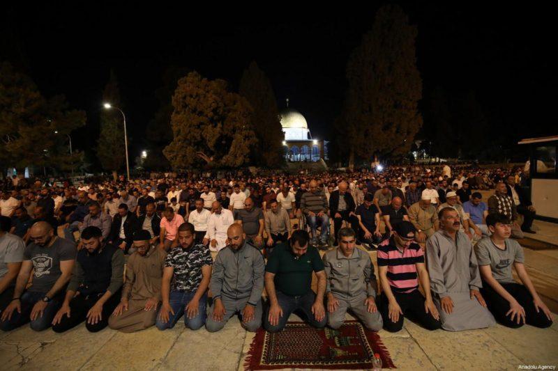 Muslimin melaksanakan shalat tarawih pertama menjelang bulan suci Ramadhan di halaman Masjid Al-Aqsha di Baitul Maqdis pada 16 Mei 2018. Foto: Mostafa Alkharouf/Anadolu Agency