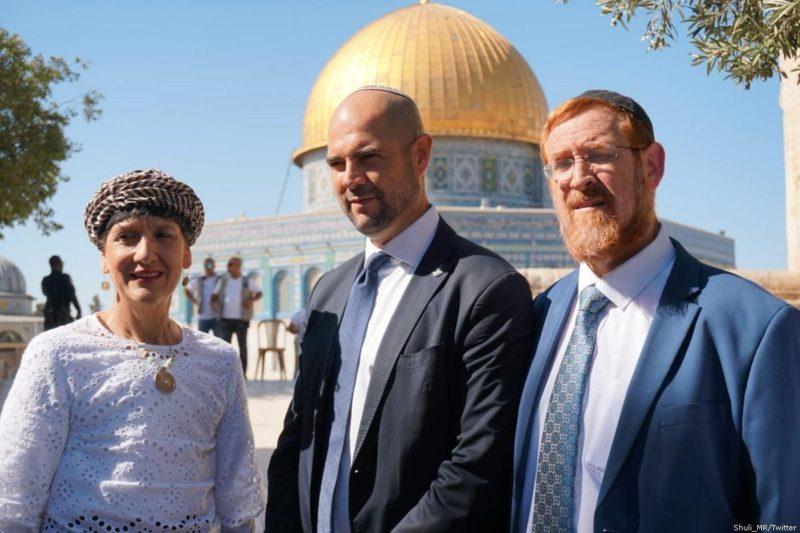Para anggota Knesset: Yehuda Glick (kanan), Amir Ohana (tengah) dan Shuli Mualem di kompleks Masjid Al-Aqsha. Foto: Shuli _MR/Twitter