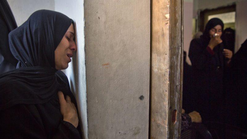 Kerabat Abu Al-Naja berduka saat pemakamannya di Khan Younis, selatan Jalur Gaza. Foto: Khalil Hamra/Associated Press