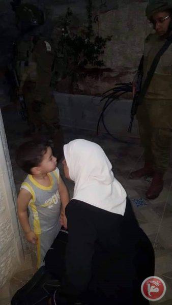 Lama Khater saat mengucapkan selamat tinggal pada Yahya sebelum penahanannya. Foto: Ma'an News Agency