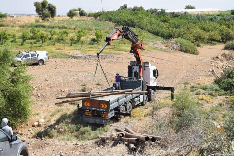 Serdadu Zionis merampas pipa-pipa air di Lembah Yordan. Foto: Ma'an News Agency