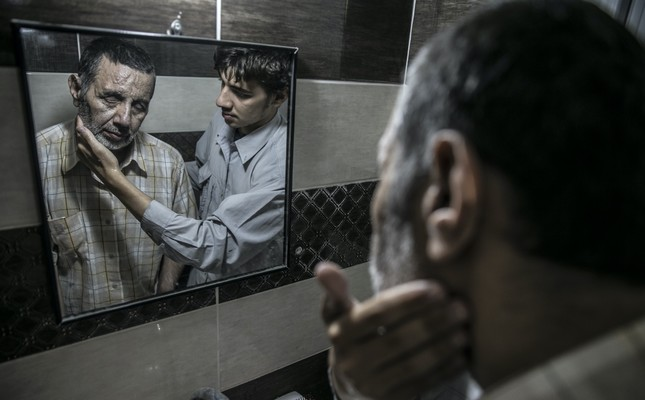 Muhammad Bessam Al-Meydani kehilangan penglihatannya akibat serangan yang diluncurkan rezim Assad. Dalam melakukan rutinitas harian, ia dibantu putranya, Kenen Al-Meydani. Foto: Daily Sabah