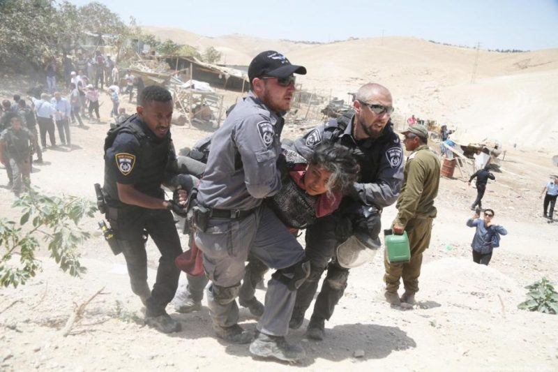Serdadu Zionis dengan kejam menyerang warga Palestina ketika mengusir mereka dari rumah mereka sendiri di desa Khan Al-Ahmar, Baitul Maqdis, pada 4 Juli 2018. Foto: Issam Rimawi/Anadolu Agency