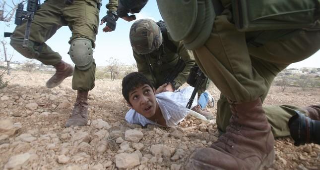 Beginilah perlakuan serdadu Zionis terhadap anak-anak Palestina. Foto: Daily Sabah