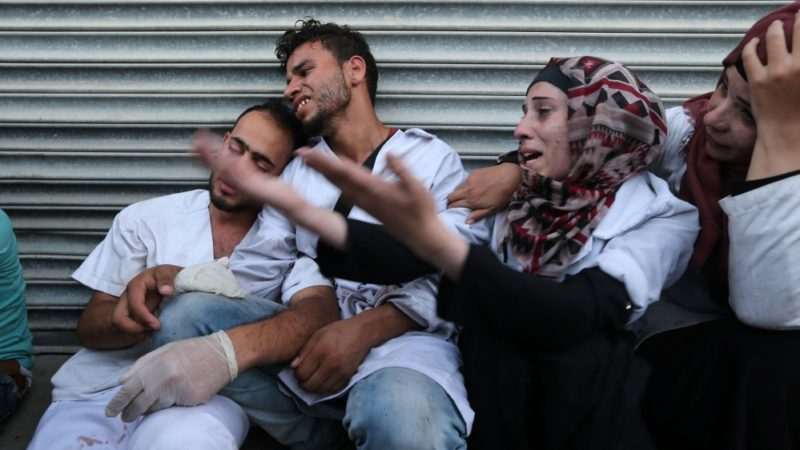 Para petugas medis Palestina berduka atas kematian rekan mereka di selatan Jalur Gaza. Foto: Ibraheem Abu Mustafa/Reuters