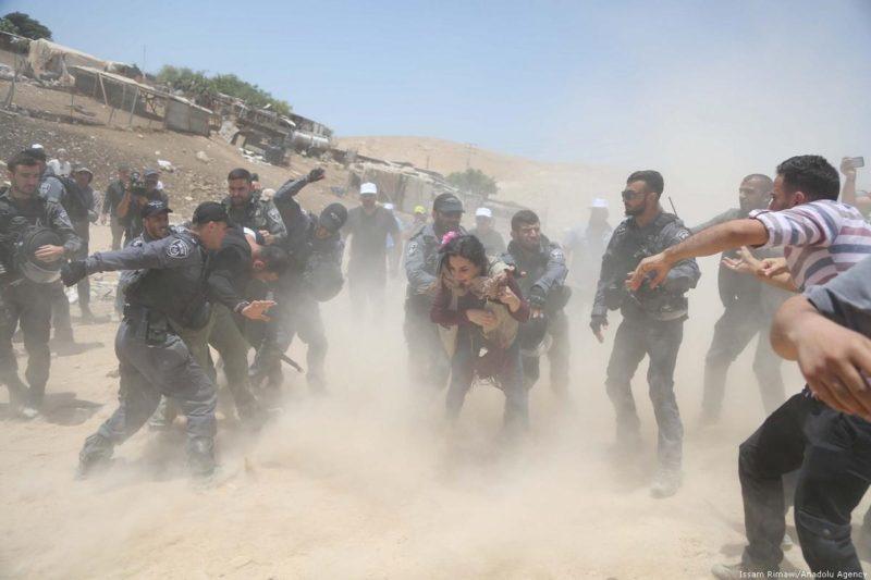 Gerombolan serdadu penjajah Zionis menyerang dengan brutal warga Palestina untuk mengusir mereka dari rumah-rumah mereka di desa Khan Al-Ahmar, Baitul Maqdis, pada 4 Juli 2018. Foto: Issam Rimawi/Anadolu Agency