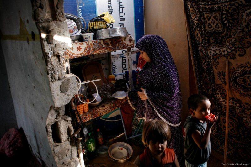 Seorang wanita Palestina menyiapkan makanan untuk anaknya di rumahnya di daerah termiskin, al-Zaytoon, di Kota Gaza pada 17 September 2013. Foto: Ezz Zanoun/Apaimages