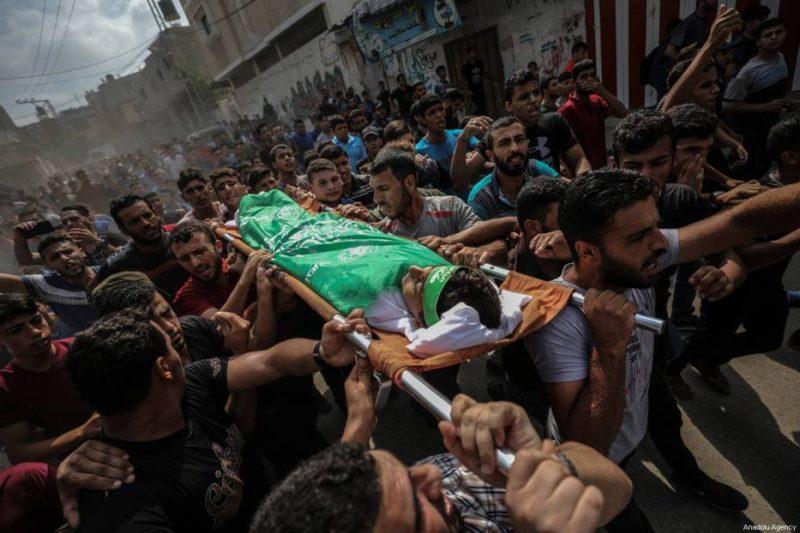 """Warga Palestina menggotong jenazah Faris Hafez al-Sarasawi, bocah 12 tahun yang syahid dibunuh serdadu Zionis dalam demonstrasi """"Great March of Return"""". Ia dimakamkan di daerah Shuja'iyya, Kota Gaza, Gaza, pada 6 Oktober 2018. Foto: Ali Jadallah/Anadolu Agency"""