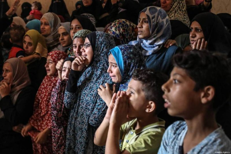 Kerabat berduka atas kematian Faris Hafez al-Sarasawi (12). Foto: Ali Jadallah/Anadolu Agency