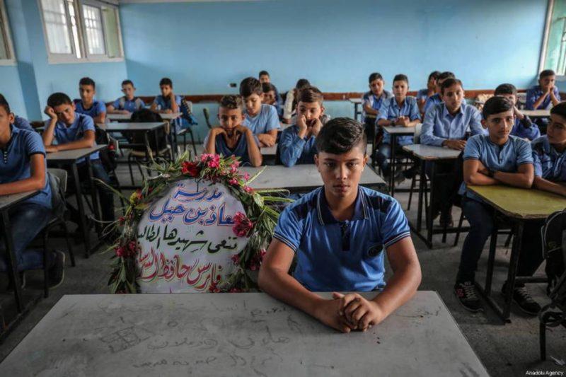 Karangan buka diletakkan di tempat duduk Faris Hafez al-Sarasawi (12) di Sekolah Dasar Muaz bin Jabal di daerah Shuja'iyya, Kota Gaza, Gaza, pada 6 Oktober 2018. Foto: Ali Jadallah/Anadolu Agency