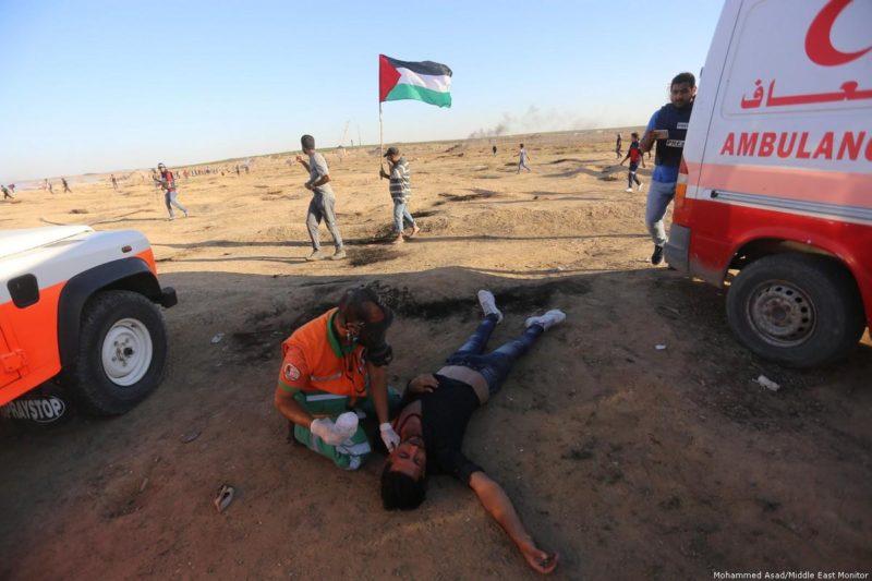 Paramedis mengobati warga Palestina yang terluka akibat serangan serdadu Zionis di perbatasan Gaza-'Israel' saat demonstrasi Great March of Return pada 2 November 2018. Foto: Mohammed Asad/Middle East Monitor