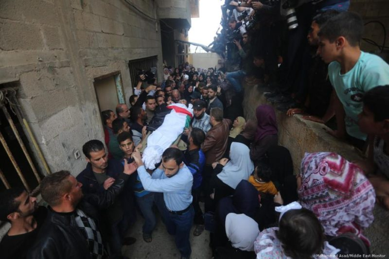 Kerabat dan teman menghadiri pemakaman nelayan Palestina, Mustafa Abu-Odeh yang ditembak tentara Mesir pada 8 November 2018. Foto: Mohammed Asad/Middle East Monitor