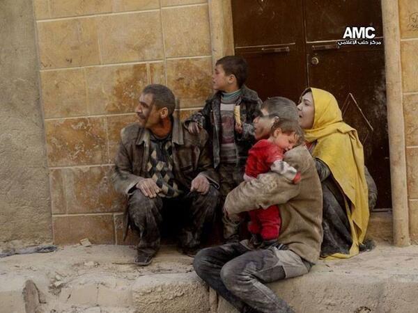 Keluarga Suriah di Aleppo, tercekam serangan bom gentong rezim Assad, Februari 2014. Foto: Aleppo Media Centre