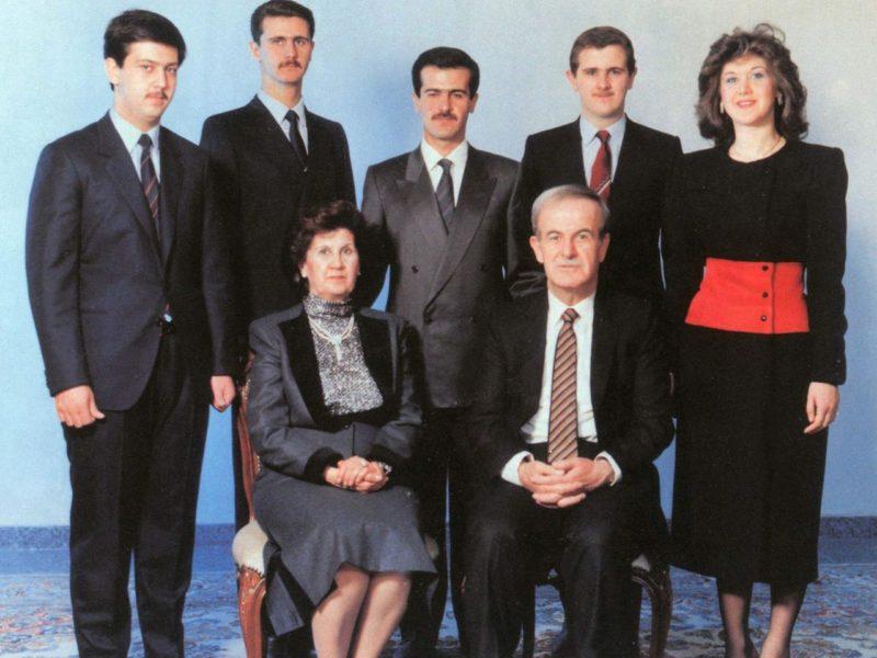 Keluarga diktator Suriah Assad, sekitar 1993. Hafez Assad dan istrinya Anisa Makhlouf. Berdiri, kiri ke kanan: Maher, Bashar, Bassel, Majd, Bushra.