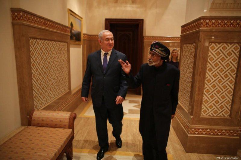 Benyamin Netanyahu (kiri) dalam kunjungan resmi diplomatik ke Oman di mana ia bertemu dengan Sultan Qaboos bin Said pada 25 Oktober 2018. Foto: PM of Israel/Twitter