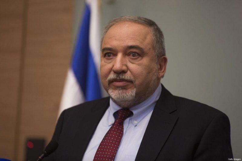 Avigdor Lieberman saat konferensi pers di parlemen 'Israel' pada 14 November 2018 di Baitul Maqdis. Foto: Lior Mizrahi/Getty Images