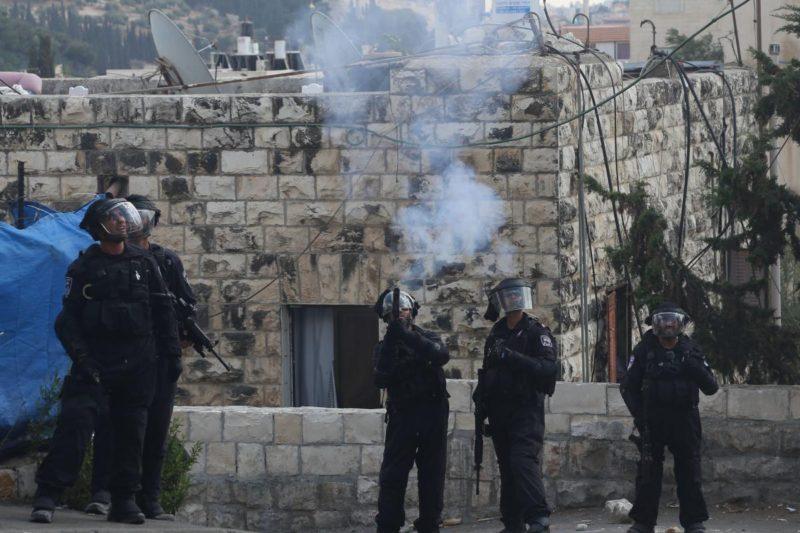 Serdadu Zionis melepaskan tembakan dan gas airmata ke arah warga Palestina di Baitul Maqdis. Foto: Arsip Anadolu Agency (hanya sebagai ilustrasi)