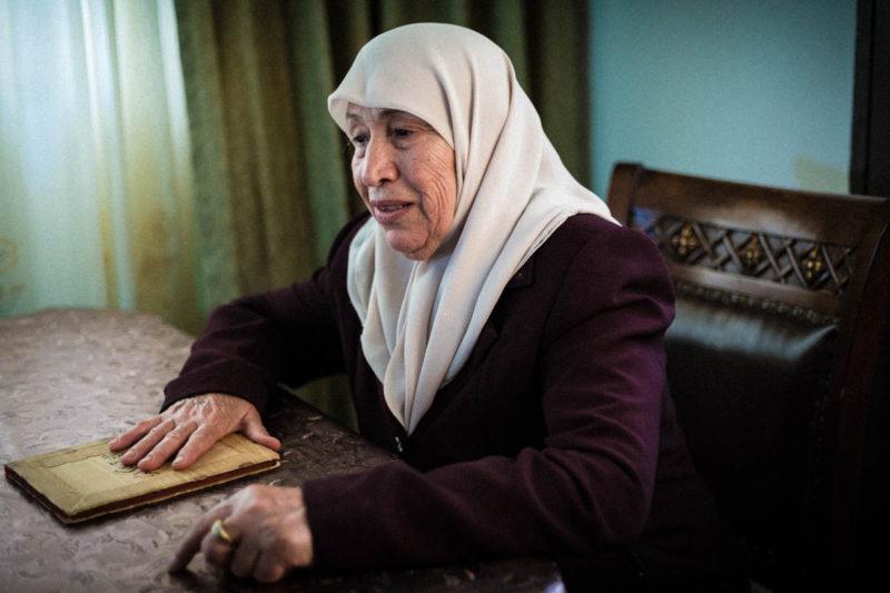 Mona Daraghmeh (70) menderita tekanan darah tinggi dan diabetes. Keluarganya berusaha menghalanginya pergi, tapi ia tidak mau melepaskan satu-satunya kesempatan yang ia miliki setiap bulan untuk melihat putranya. Foto: Alyona Synenko/ICRC