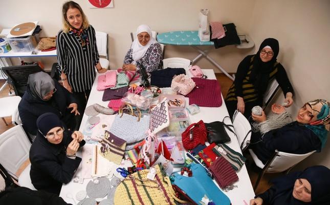 Wanita-wanita Suriah sedang merajut di tempat yang dikelola oleh lembaga nirlaba Women and Democracy Center (KADEM) di Istanbul. Pemerintah dan badan amal berusaha membantu Muhajirin Suriah untuk berintegrasi dan bersosialisasi melalui serangkaian proyek termasuk kelas-kelas belajar seumur hidup. Foto: Daily Sabah