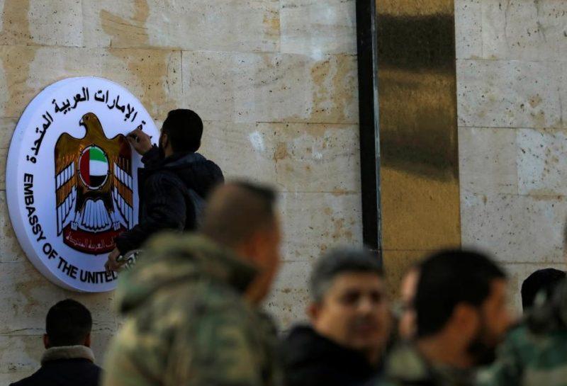 Seorang karyawan memperbaiki lambang Kedutaan Besar Uni Emirat Arab (UEA) di Damaskus, Suriah, 27 Desember 2018. Foto: Omar Sanadiki/Reuters