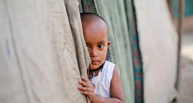 Seorang bocah perempuan Rohingya berdiri di luar gubuk keluarganya di sebuah kamp di New Delhi, 4 Oktober 2018. Foto: Daily Sabah