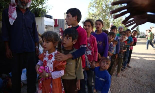 Anak-anak Suriah mengantre untuk menerima bantuan. Foto: Abd Doumany/AFP