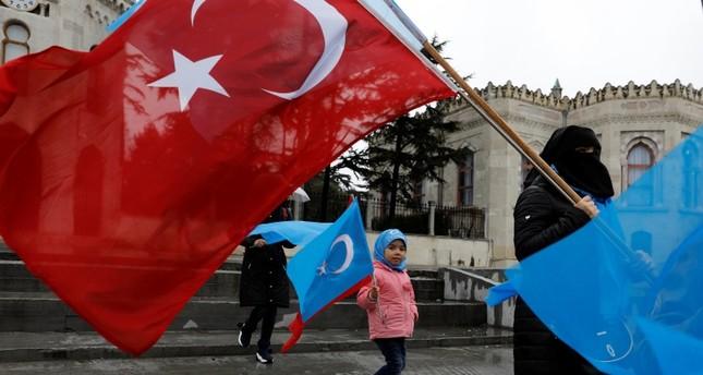 Para demonstran etnis Uighur memegang bendera Turkistan Timur dan Turki saat demonstrasi menentang China di Istanbul, Turki, pada 23 Februari 2019. Foto: Reuters