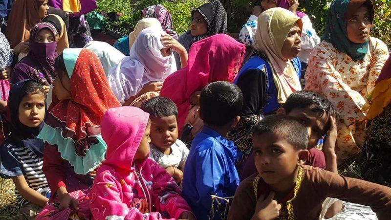 Para pengungsi Rohingya, yang mendarat di pantai utara yang terisolasi dekat perbatasan Malaysia-Thailand, berkumpul di Kangar pada 1 Maret 2019, setelah penahanan mereka oleh otoritas imigrasi Malaysia. Foto: AFP