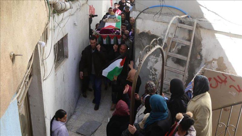 Warga Palestina membawa peti mati gadis Palestina, Samah Mubarak, menuju pemakaman di Ramallah, Tepi Barat, pada 9 Maret 2019. Foto: Issam Rimawi/Anadolu Agency)
